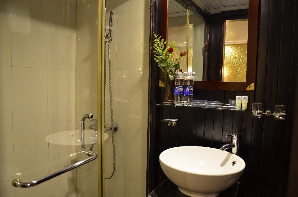 Halong vspirit cruise_bathroom.jpg