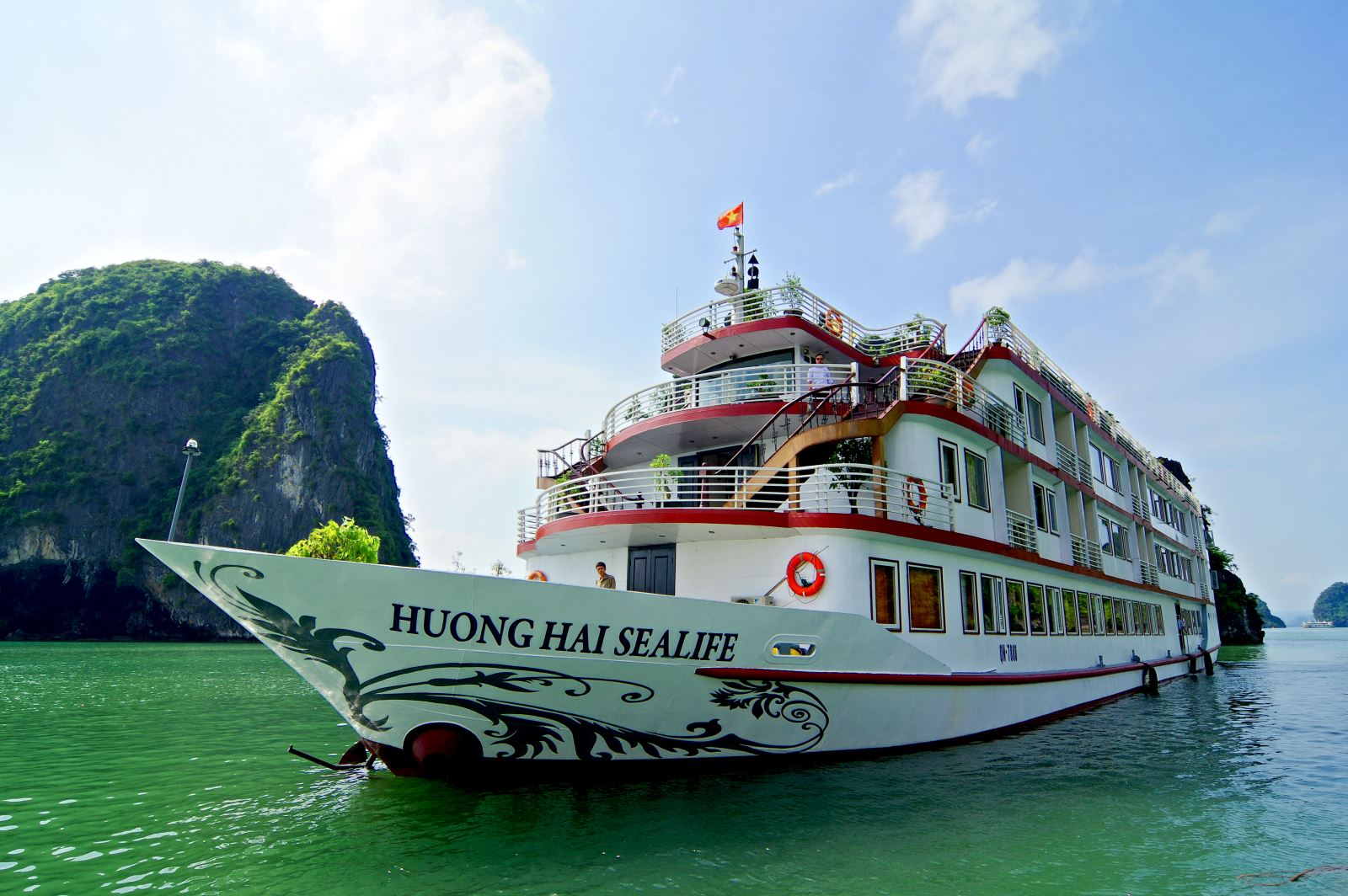 Halong huong hai sealife cruise.jpg