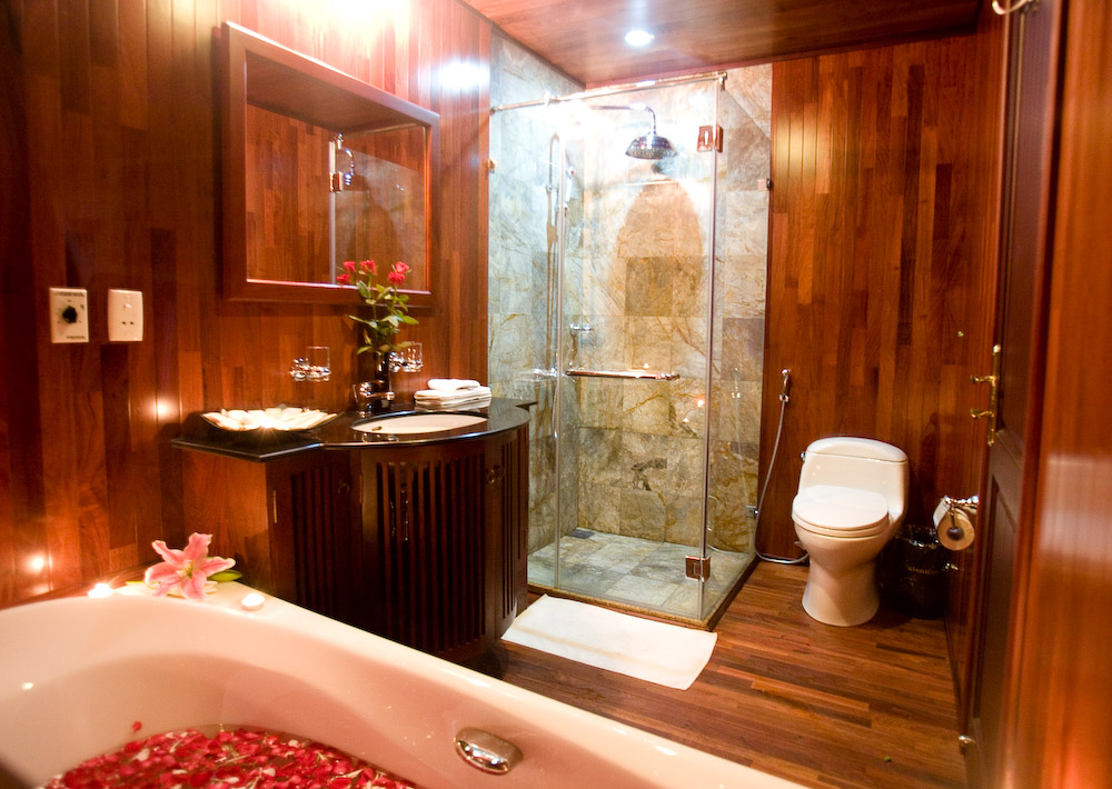 halong valentine cruise - bathroom.jpg