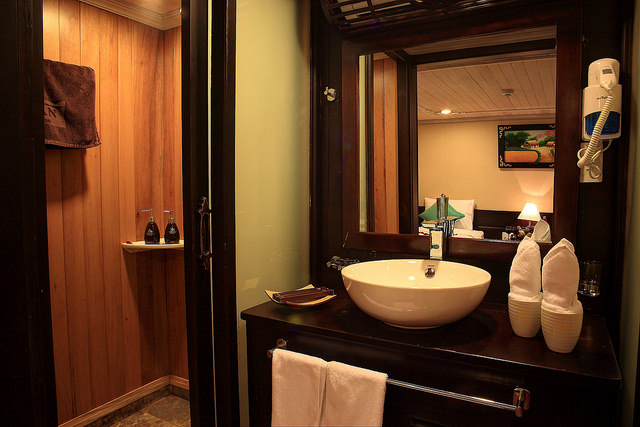 halong glory legend cruise-bathroom.jpg