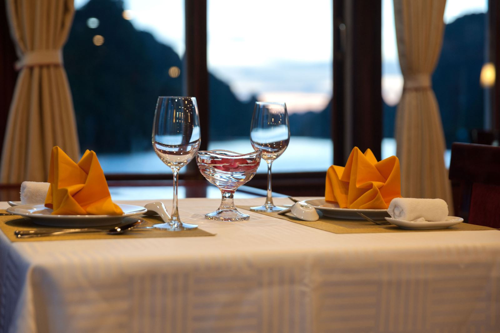 Private table on Halong rosa boutique cruise