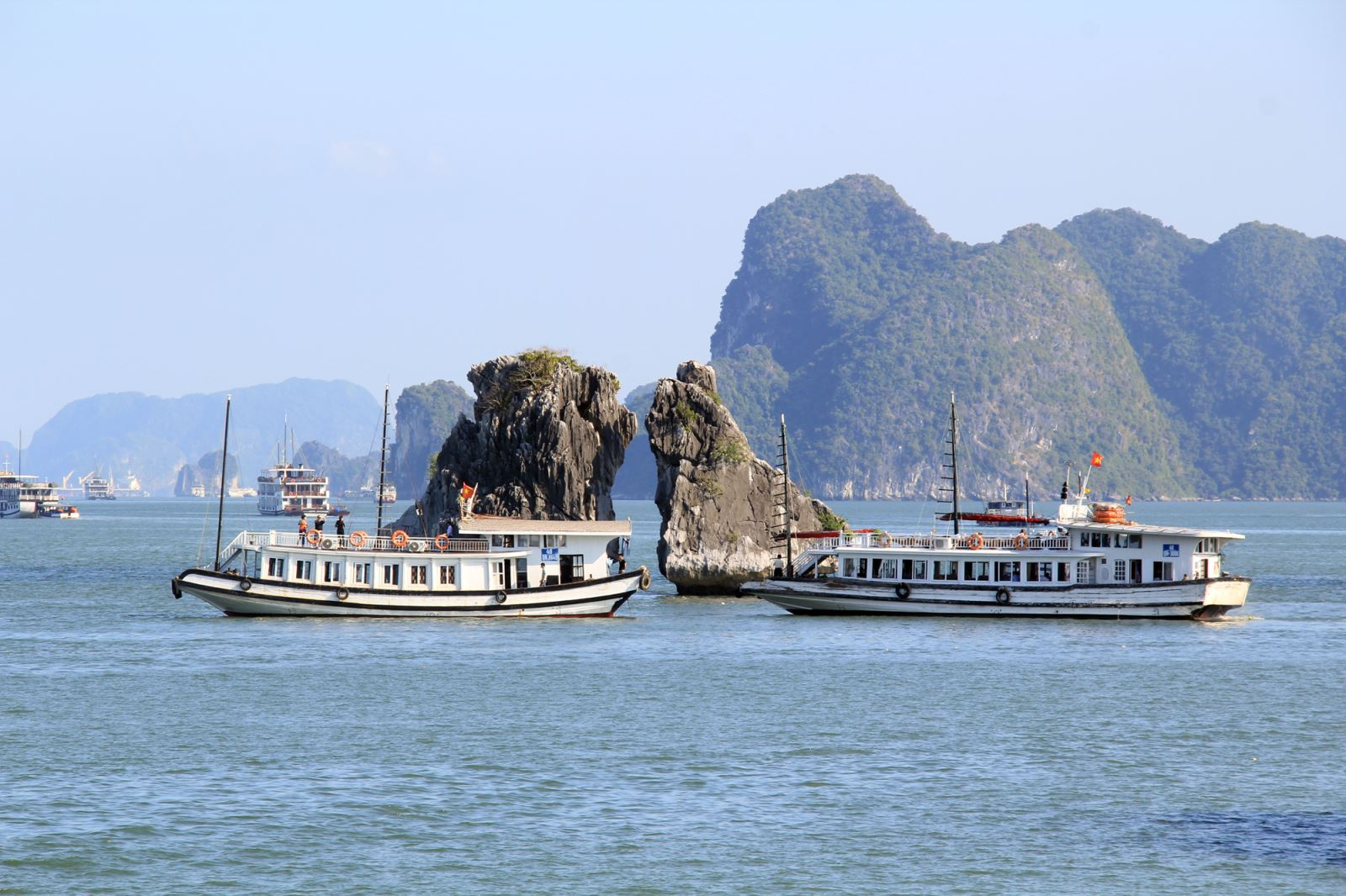 Halong kissing chicken islet.jpg