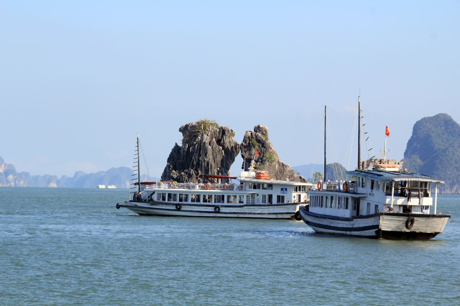 halong kissing chicken rock.jpg