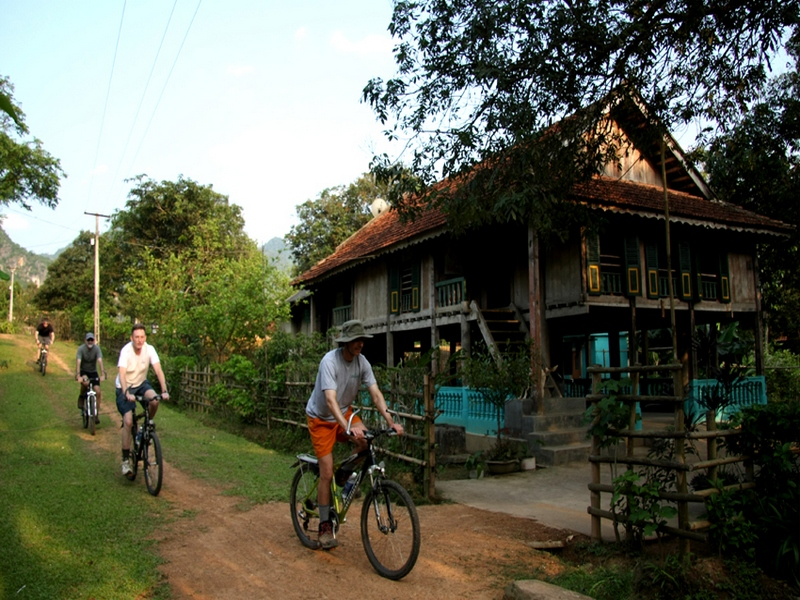 Mai Hich & Moc Chau cycling 3 days tour
