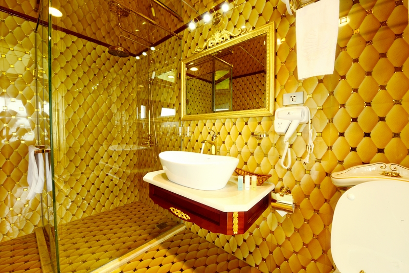 halong golden cruise-bathroom.jpg