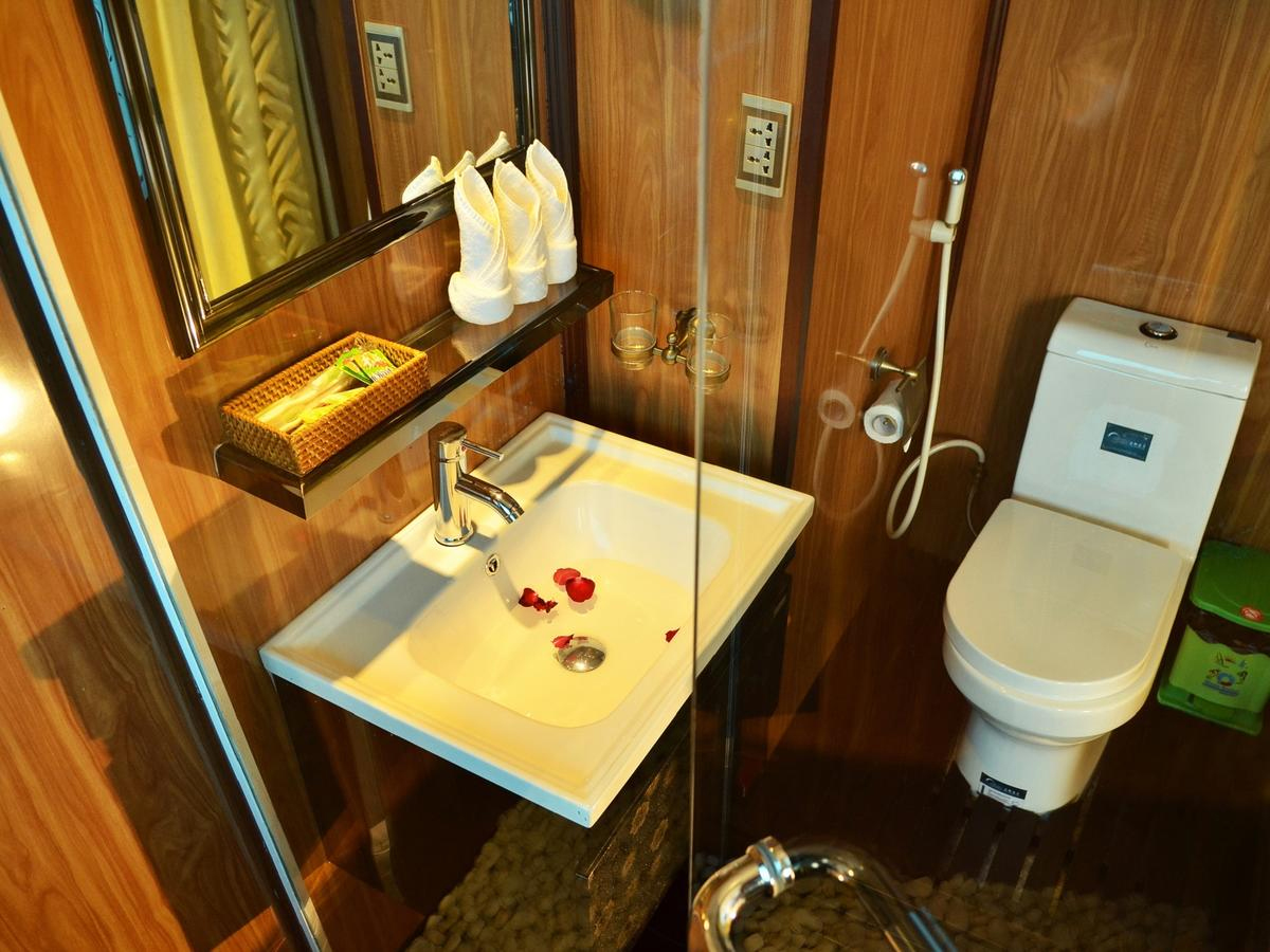 halong garden bay cruise - bathroom.jpg