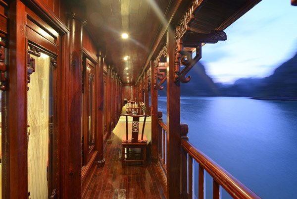 halong royal palace cruise - public area.jpg
