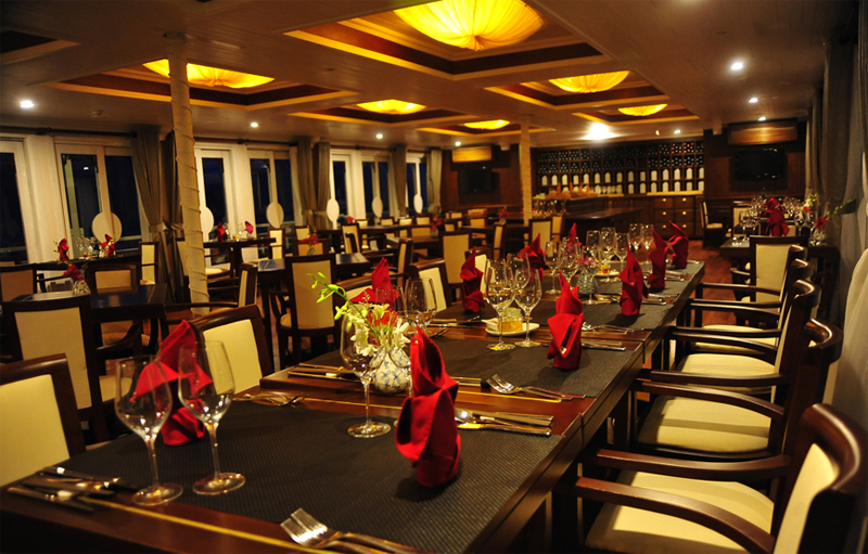 halong auco cruise-dinning room.jpg