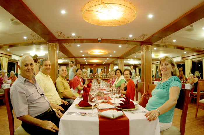halong huong hai sealife cruise dinning room