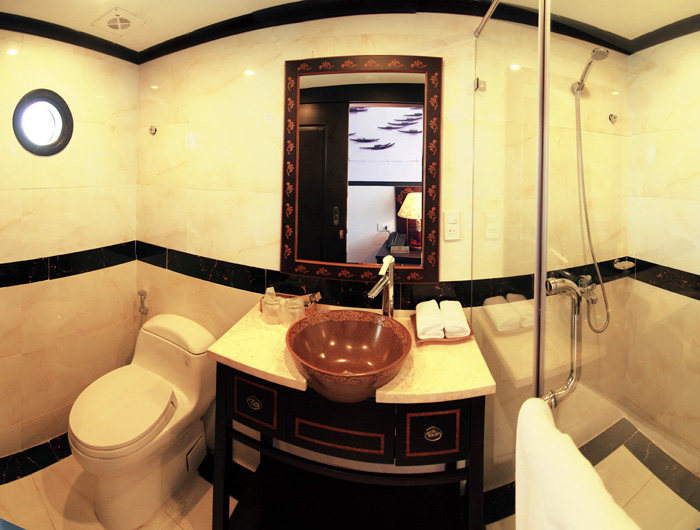 halong huong hai sealife cruise bathroom