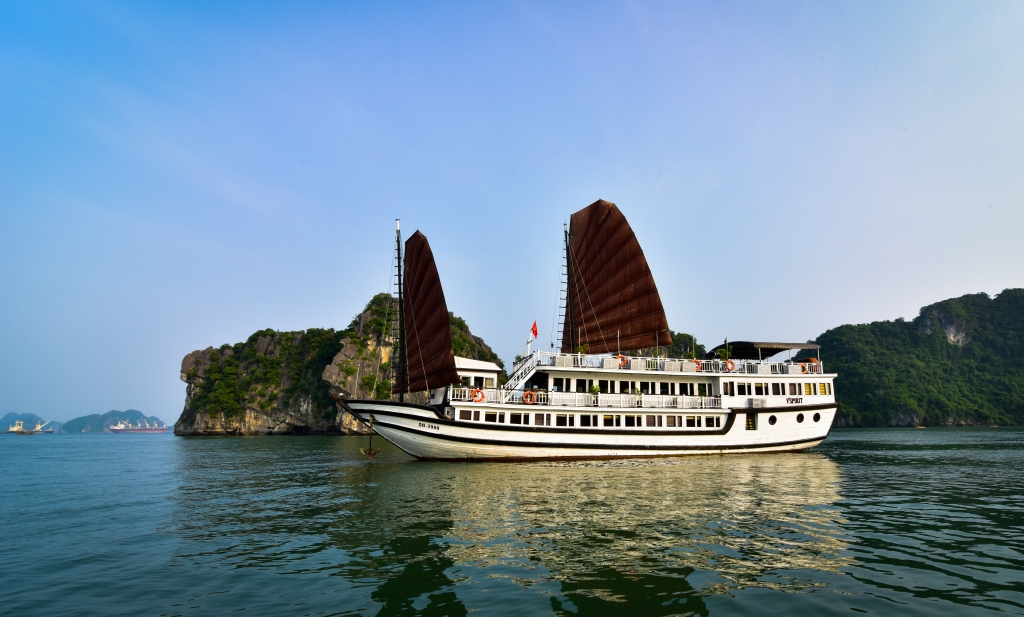 Halong vspirit cruise_view.jpg