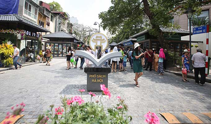 Ha Noi's book street attracts nearly 20,000 visitors