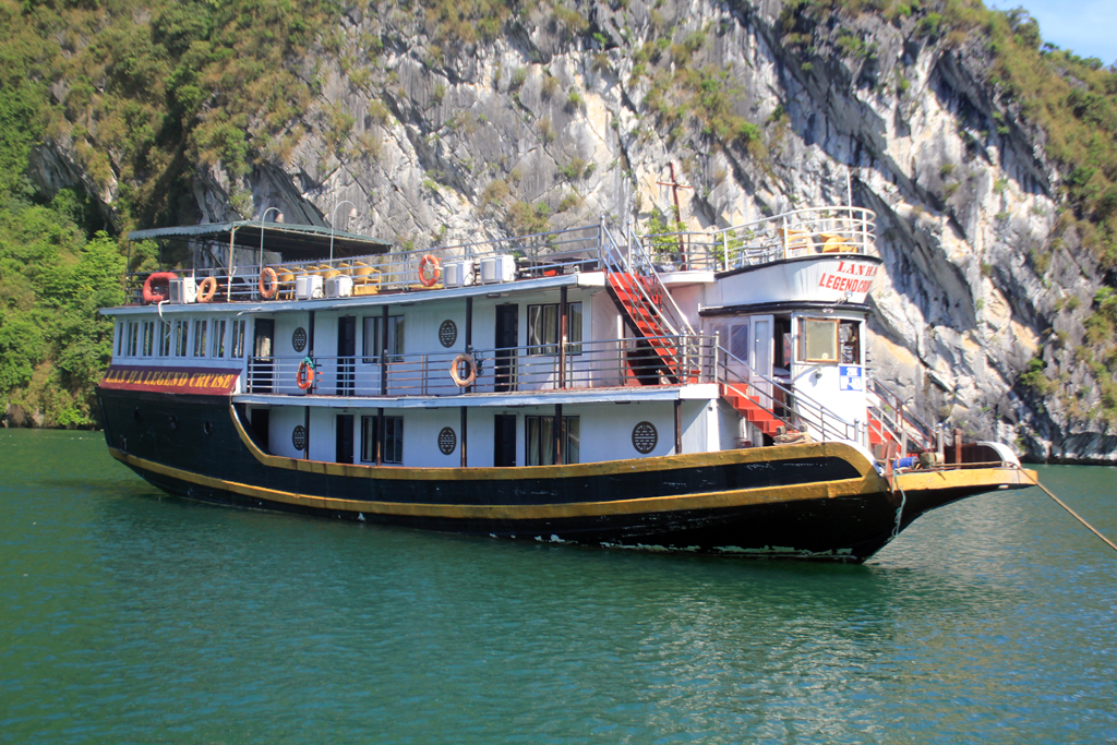 The real cruise boat picture in Halong bay