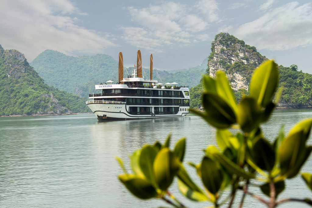 La Regina Legend Cruises in Lan Ha bay