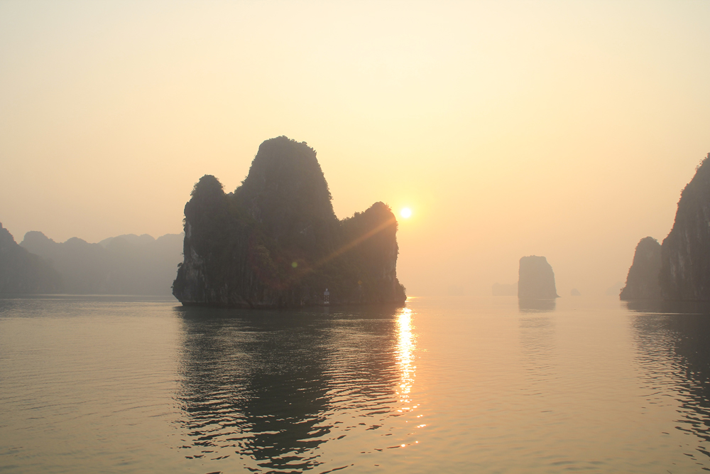 Travel Guide: Bai tu long Bay